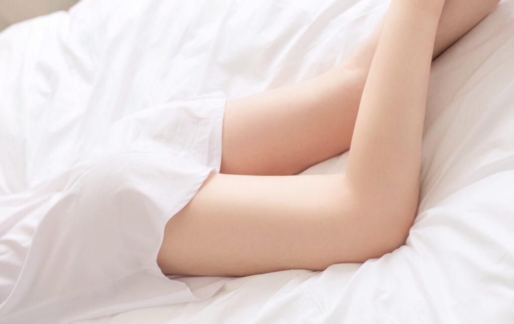 寝転んでいる女性の脚